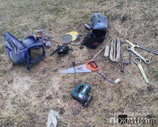 На Житомирщині поліцейські затримали юнаків, які вкрали електроінструменти з лісопильні та заховали їх у полі. ФОТО