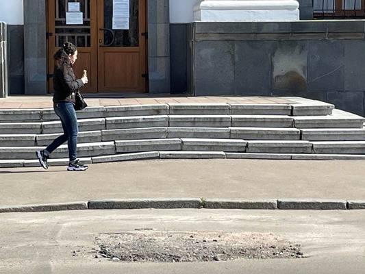 """Коли на перекошених сходах житомирського """"Палацу одружень"""" хтось із молодят поламає ноги? ФОТО"""