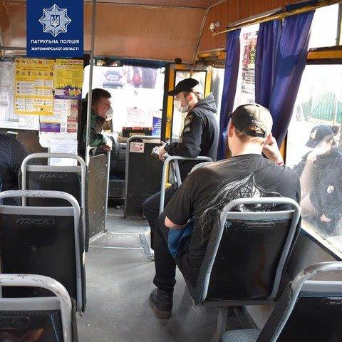 У Житомирі патрульні перевіряють маршрутки та автобуси. ФОТО