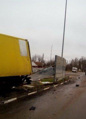 На Житомирщині вантажівка врізалася у припарковану Toyota: троє травмованих. ФОТО