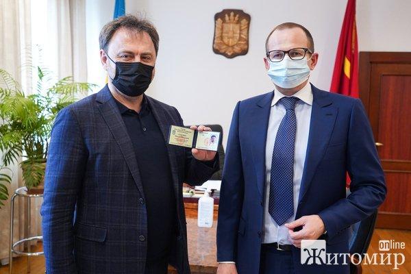 Голова Житомирської облради знову вручив посвідчення радника. ФОТО