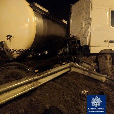На Житомирщині вантажівка Volvo наїхала на колесовідбійник. ФОТО