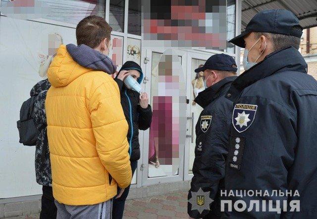 У Житомирі поліція оштрафувала 20 житомирян, які не надягали захисні маски. ВІДЕО