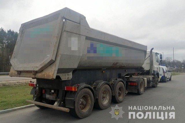 У Житомирському районі виявили вантажівку з нелегальним піском. ФОТО