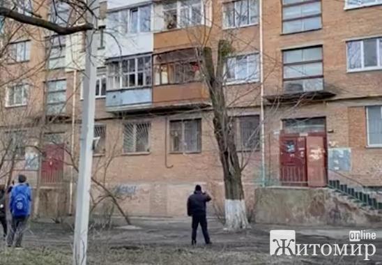 У центрі Житомира жінка виламує балконну раму і вибиває скло. ВІДЕО
