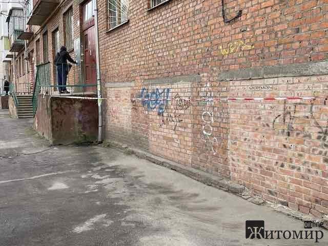 Останні подробиці про побиття вікон на балконі у будинку на вулиці Лятошинського у Житомирі. ФОТО
