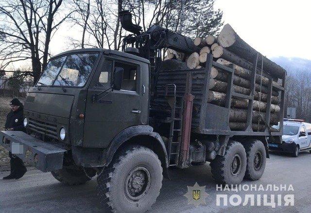 У Житомирському районі виявили КАМАЗ з нелегальним лісом. ФОТО