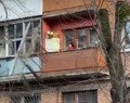 Житомирянку, яка побила вікна на балконі через нервовий зрив, довели поліцейські?
