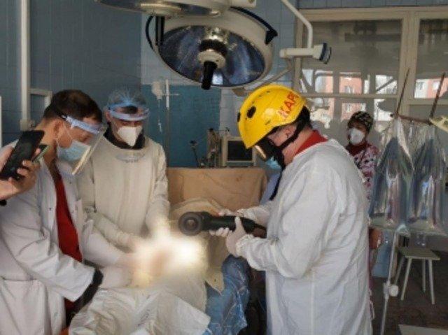 В Киеве мужчина надел гайку на половой орган и не мог ее снять: пришлось вмешаться спасателям. ФОТО