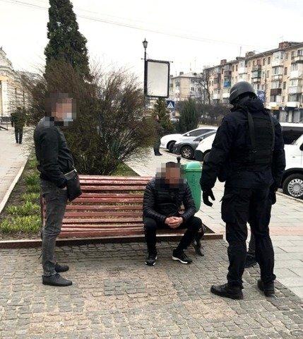 У Житомирі затримані нелегальні валютники встигли продати понад тисячу фальшивих доларів. ФОТО