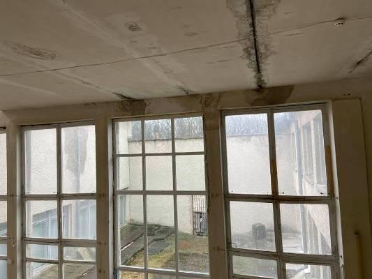 Катастрофа у Кмитівському музеї: протікає дах, сифонять вікна. ФОТО