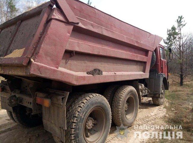 У Коростишівському районі виявили КАМАЗ з нелегальним піском. ФОТО