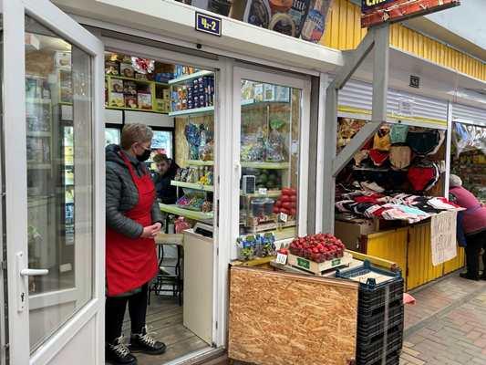 На Житньому ринку у Житомирі вже продають цьогорічні полуниці. ФОТО