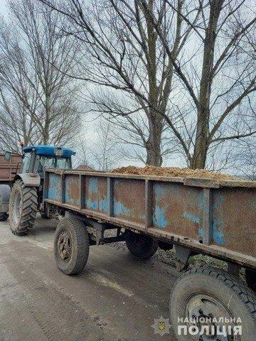 """На Житомирщині затримали два """"Камази"""" та трактор, що перевозили нелегальний пісок. ФОТО"""
