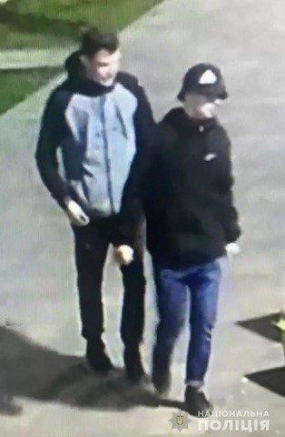 У Житомирі розшукують молодиків, які пошкодили банери на Михайлівській. ФОТО. ВІДЕО