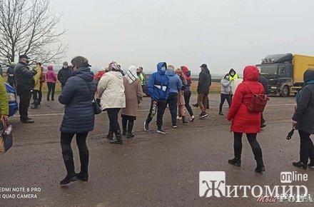 У селі на Житомирщині місцеві перекрили міжобласну трасу. ФОТО