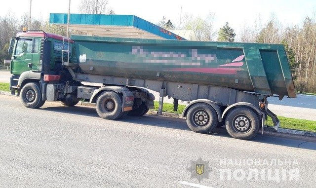 У Житомирському районі затримали вантажівки з нелегальним лісом. ФОТО