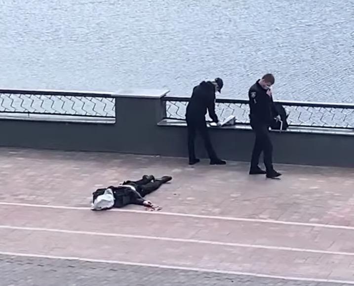 З'явилося моторошне фото самогубця з пішохідного мосту у Житомирі. Дітям, жінкам та вразливим людям ...