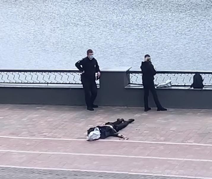 З'явилося моторошне фото самогубця з пішохідного мосту у Житомирі. Дітям, жінкам та вразливим людям - прохання не дивитися!
