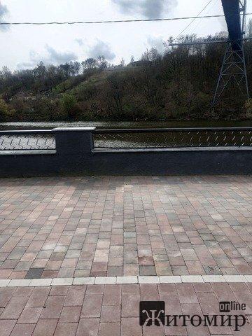 Як через добу виглядає місце загибелі чоловіка, що стрибнув з мосту у Шодуарівському парку? ФОТО