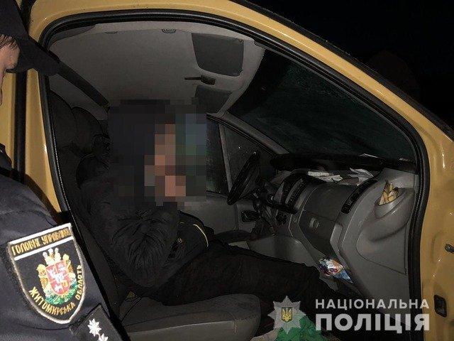 На Житомирщині п'яний парубок потрапив в аварію на викраденому мікроавтобусі та заснув на місці ДТП. ФОТО