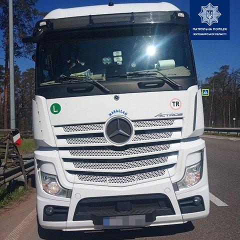 На Житомирщині водій вантажівки намагався відкупитись від патрульних. ФОТО