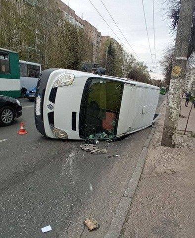 У Житомирі мікроавтобус перекинувся на бік внаслідок ДТП. ФОТО