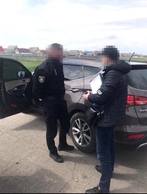 На Житомирщине двое полицейских задержаны при получении взятки талонами на 1,1 тыс. литров топлива, - прокуратура