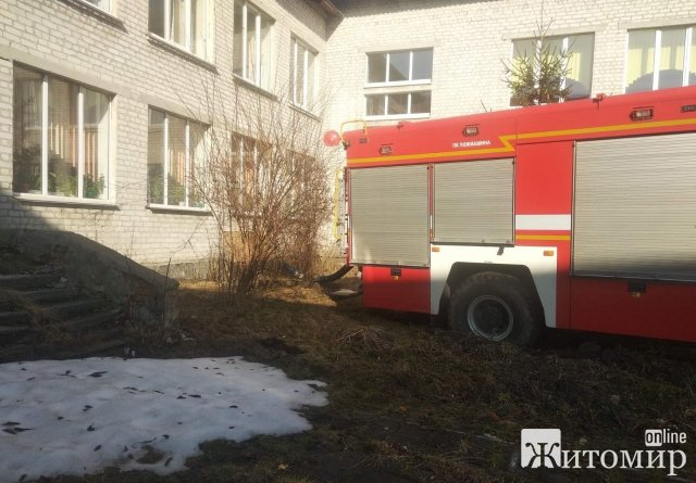 З підвального приміщення однієї з шкіл на Житомирщині рятувальники відкачували воду. ФОТО