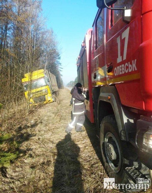 """На Житомирщині рятувальники витягували """"швидку"""" з багнюки, а лісовоз з кювету. ФОТО"""