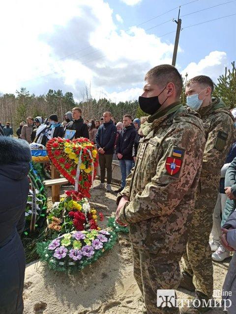 У селищі на Житомирщині в останню путь провели військового Івана Кожем'яку. ФОТО