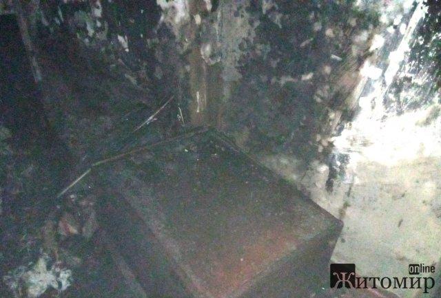 У селі на Житомирщині горів будинок: в одній з кімнат рятувальники знайшли тіло чоловіка. ФОТО