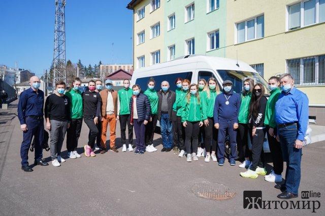 Команда житомирських волейболісток отримала у подарунок Mercedes Sprinter. ФОТО