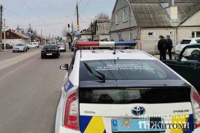 У Житомирі водій таксі отримав ножове поранення через зроблене зауваження чоловікам, що йшли трамвайою колією. ФОТО