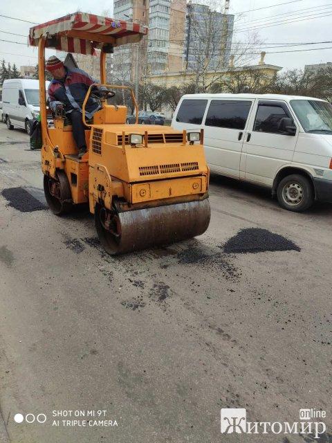 У Житомирі почали латати ями на дорогах. ФОТО
