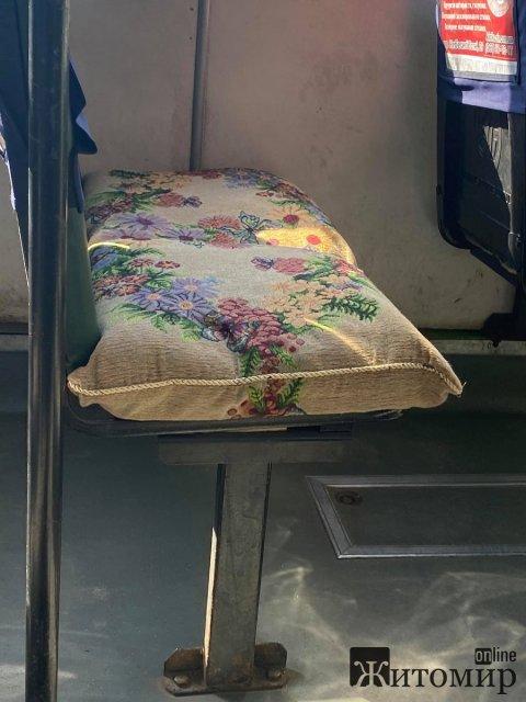 У Житомирі їздить маршрутка, де замість сидінь  - вишиті подушки. ФОТО