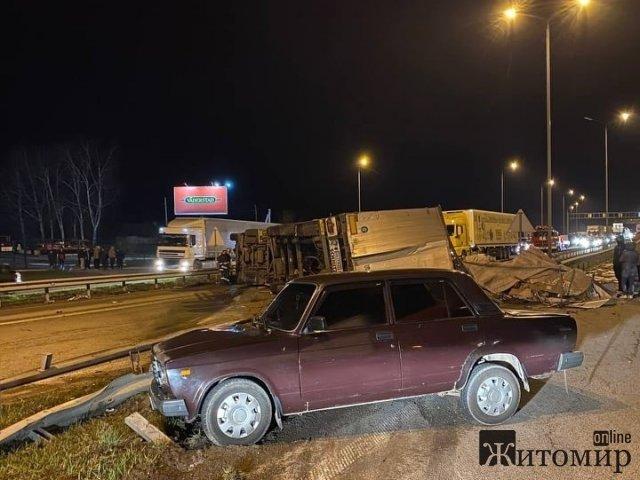 На трасі в Житомирській області після зіткнення з ВАЗ і відбійником перекинулася фура та перекрила дорогу. ФОТО