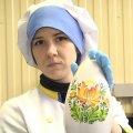 Житомирянка розмальовує шоколадним петриківським розписом писанки з шоколаду. ВІДЕО