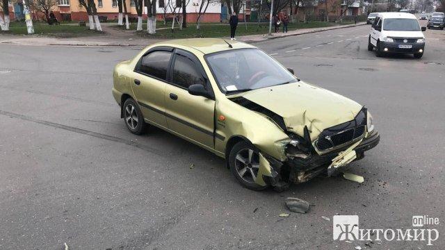 У Житомирі на перехресті зіштовхнулись Lanos та ВАЗ. ФОТО
