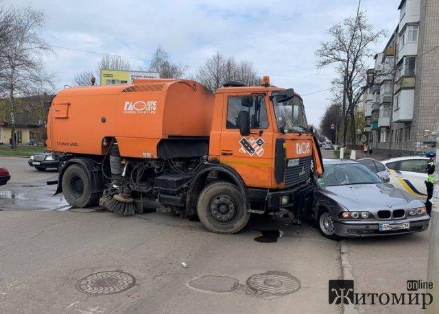 У Житомирі на перехресті комунальний МАЗ зачепив BMW, є потерпіла. ФОТО