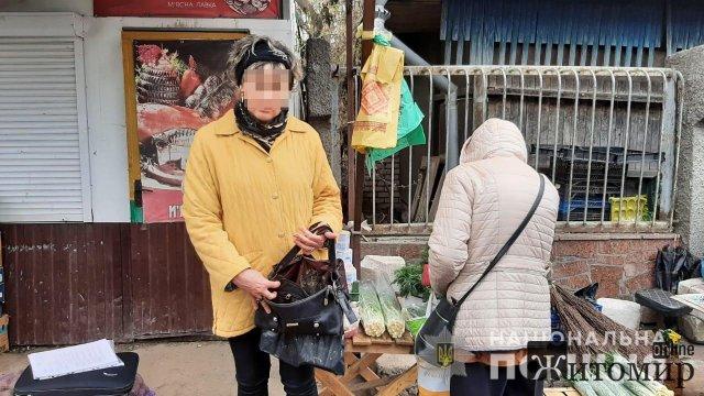 На ринку в Коростишеві жінка зупинила підозрювану у грабежі та передала її поліцейським. ФОТО
