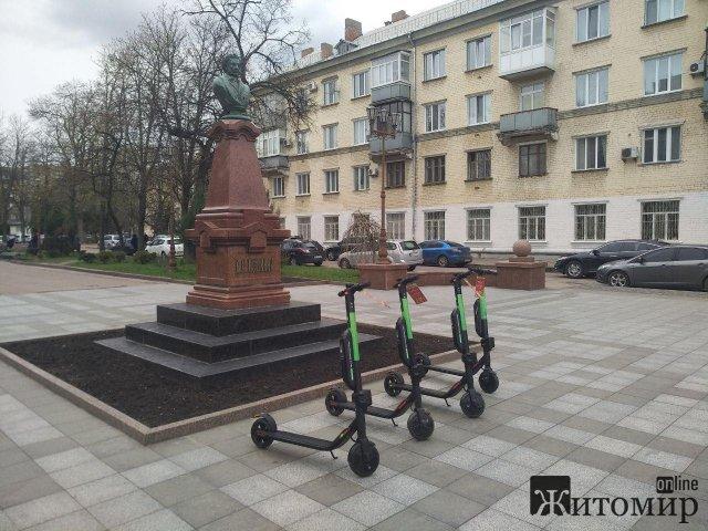 У Житомирі біля пам'ятника Пушкіну приватна фірма здає в оренду самокати. ФОТО