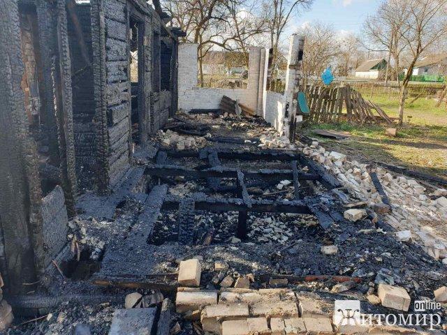 На Житомирщині горів будинок, який господарі використовували як дачний. ФОТО