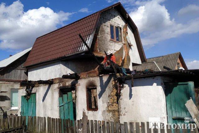 У Житомирі під час гасіння пожежі рятувальники виявили тіло чоловіка в будинку. ФОТО