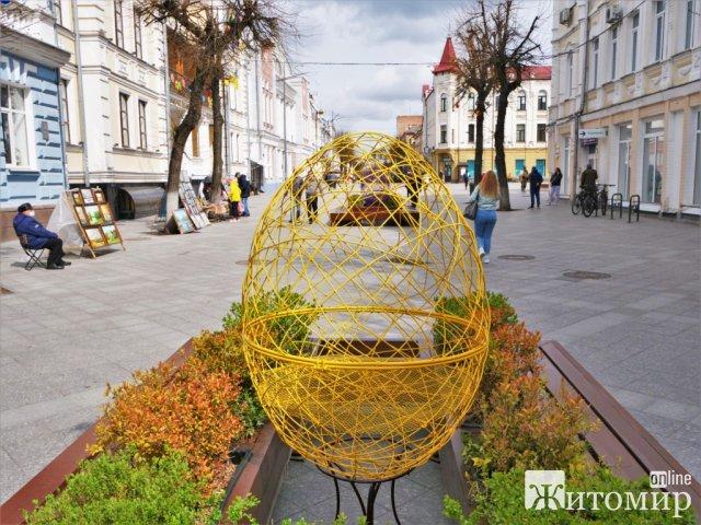Михайлівську в Житомирі прикрашають до Великодня. ФОТО