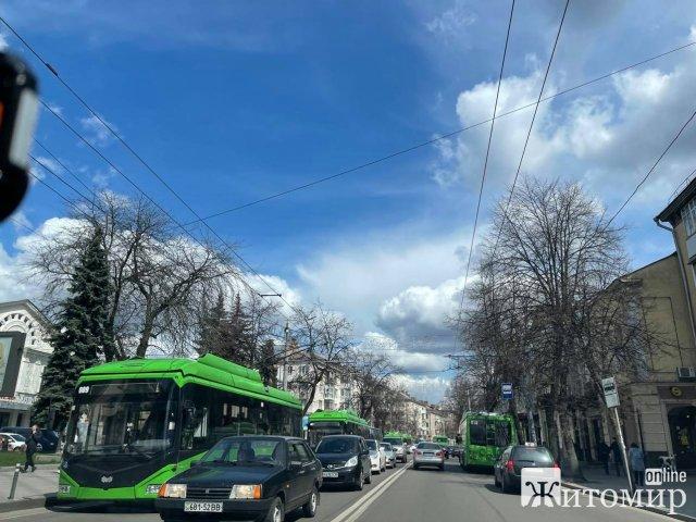 На Київській у Житомирі стали тролейбуси. ФОТО