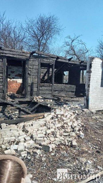 На Житомирщині потрібна допомога жінці з дітьми, в якої нещодавно згорів будинок. ФОТО