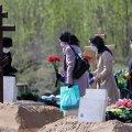 Ничего святого: на Полтавщине школьницы устроили «голую» фотосессию на кладбище