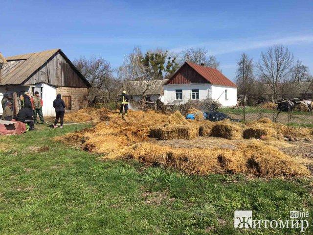 У селі Новоград-Волинського району згоріло дві тонни соломи. ФОТО