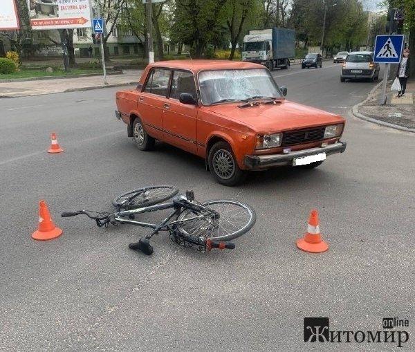 На перехресті в Житомирі ВАЗ збив велосипедиста. ФОТО